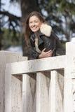 Усмехаясь женщина внешняя, обозревающ на мраморном балконе Стоковое Изображение RF