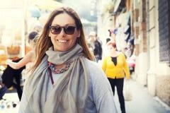 Усмехаясь женщина внешняя, с шарфом и солнечными очками стоковое изображение rf