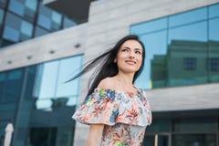 Усмехаясь женщина в городе Стоковые Изображения