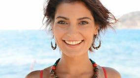 Усмехаясь женщина в летнем времени сток-видео
