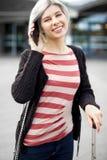 Усмехаясь женщина в обмундировании разминки держит kettlebell на спортзале фитнеса Стоковые Изображения RF