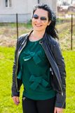 Усмехаясь женщина в саде стоковое фото