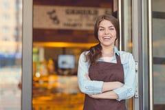 Усмехаясь женщина в хлебопекарне стоковые фотографии rf