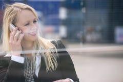 Усмехаясь женщина говоря на мобильном телефоне outdoors Стоковая Фотография