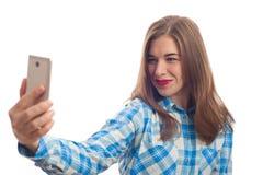 Усмехаясь женщина делая фото selfie на smartphone Стоковое Изображение
