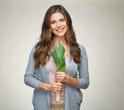 Усмехаясь женщина держа зеленый лук-порей овощи шнура еды cauliflowers морковей фасолей естественные Стоковые Изображения RF