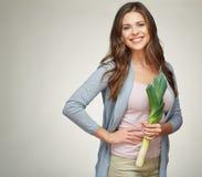 Усмехаясь женщина держа зеленый лук-порей овощи шнура еды cauliflowers морковей фасолей естественные Стоковые Фото