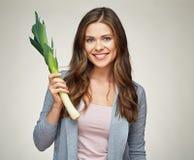 Усмехаясь женщина держа зеленый лук-порей овощи шнура еды cauliflowers морковей фасолей естественные Стоковое Фото