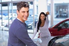 Усмехаясь женщина держа ее новый ключ Стоковые Изображения RF
