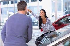 Усмехаясь женщина держа ее новый ключ Стоковая Фотография