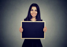Усмехаясь женщина держа доску с copyspace Стоковые Изображения