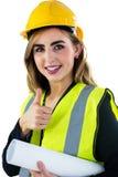 Усмехаясь женщина держа план строительства Стоковое Фото