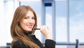 Усмехаясь женщина держа ручку стоковое изображение rf