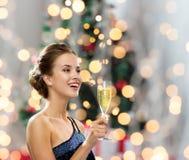 Усмехаясь женщина держа стекло игристого вина Стоковое Изображение RF
