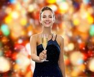 Усмехаясь женщина держа стекло игристого вина Стоковая Фотография RF