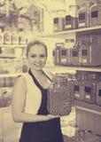 Усмехаясь женщина держа стекло может с травами Стоковое Изображение RF
