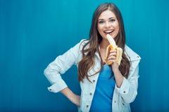 Усмехаясь женщина есть банан background card congratulation invitation Стоковая Фотография RF