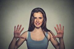 Усмехаясь женщина делая знак 5 времен показывать с пальцами рук Стоковые Фото