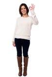 Усмехаясь женщина делая одобренный знак Стоковое Изображение RF