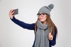 Усмехаясь женщина делая фото selfie на smartphone Стоковое Фото