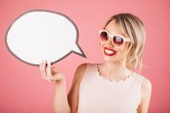 Усмехаясь женщина зубов белокурая держа знамя шаблона пузыря речи Стоковая Фотография