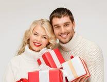 Усмехаясь женщина и человек с коробкой подарка Стоковая Фотография
