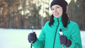Усмехаясь женщина наслаждаясь зимой в лесе видеоматериал