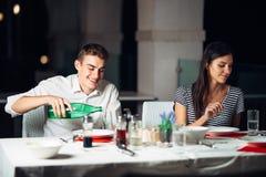 Усмехаясь женщина на дате в ресторане, имеющ переговор над едой в гостинице Стоковые Изображения RF