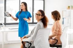Усмехаясь женщина на деловой встрече в офисе Стоковые Изображения