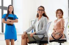 Усмехаясь женщина на деловой встрече в офисе Стоковое Фото