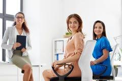Усмехаясь женщина на деловой встрече в офисе Стоковое Изображение RF