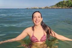 Усмехаясь женщина на пляже, на солнечный день, лето стоковое фото rf