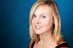 Усмехаясь женщина на сини Стоковые Фото