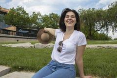 Усмехаясь женщина на солнечный день стоковые фотографии rf