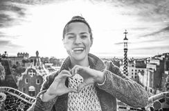 Усмехаясь женщина на Guell паркует показывать руки сформированные сердцем Стоковая Фотография