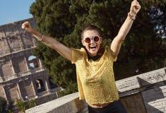 Усмехаясь женщина не далеко от Colosseum в ликование Риме, Италии стоковые изображения