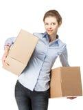 Усмехаясь женщина нося 2 больших коробки стоковые фото