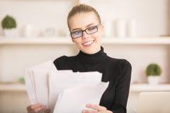 Усмехаясь женщина общаясь с обработкой документов Стоковое Изображение