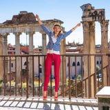 Усмехаясь женщина перед римским форумом в ликование Риме, Италии стоковые фотографии rf