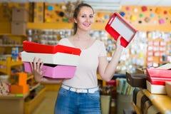 Усмехаясь женщина показывает яркие коробки для подарков Стоковое фото RF