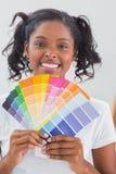 Усмехаясь женщина показывая диаграммы цвета Стоковые Фото