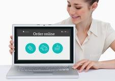 Усмехаясь женщина показывая приложение онлайн на экране компьтер-книжки Стоковые Фотографии RF
