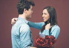 Усмехаясь женщина получая подарок влюбленности стоковое изображение
