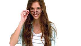 Усмехаясь женщина принимая eyeglasses видеоматериал
