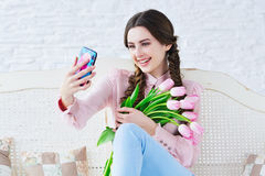 Усмехаясь женщина принимая selfie с ее мобильным телефоном Стоковая Фотография