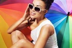 Усмехаясь женщина принимая sunbath стоковая фотография rf