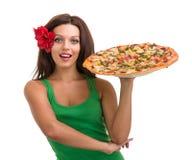 Усмехаясь женщина при большая пицца изолированная на белизне Стоковая Фотография