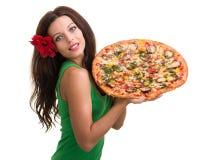 Усмехаясь женщина при большая пицца изолированная на белизне Стоковое Изображение RF