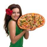 Усмехаясь женщина при большая пицца изолированная на белизне Стоковое фото RF