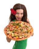 Усмехаясь женщина при большая пицца изолированная на белизне Стоковое Изображение